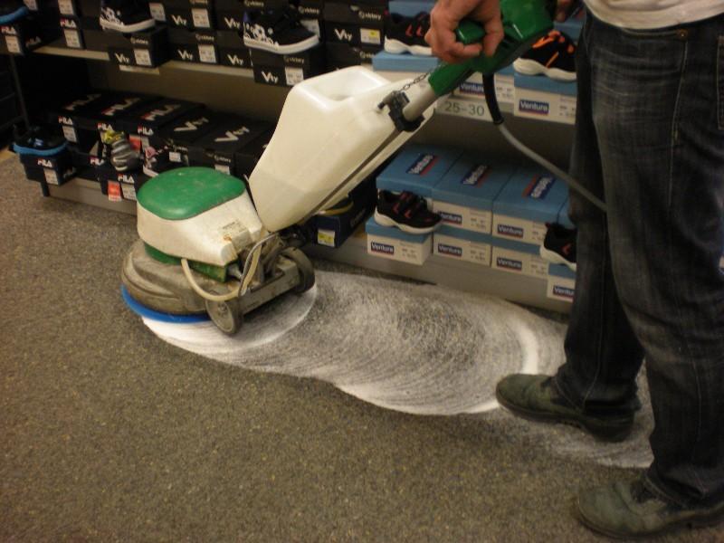 Stroje a chemie na čištění velkých podlahových ploch
