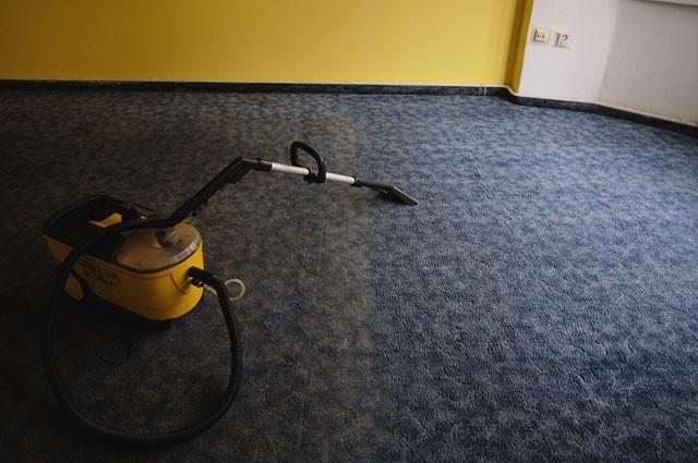 Stroje a čističe na čištění koberců.